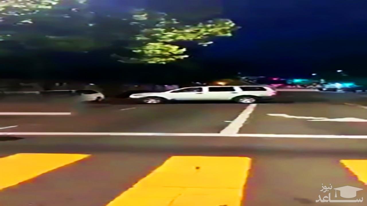 له کردن یک معترض در زیر خودرو توسط لباس شخصیها در آمریکا