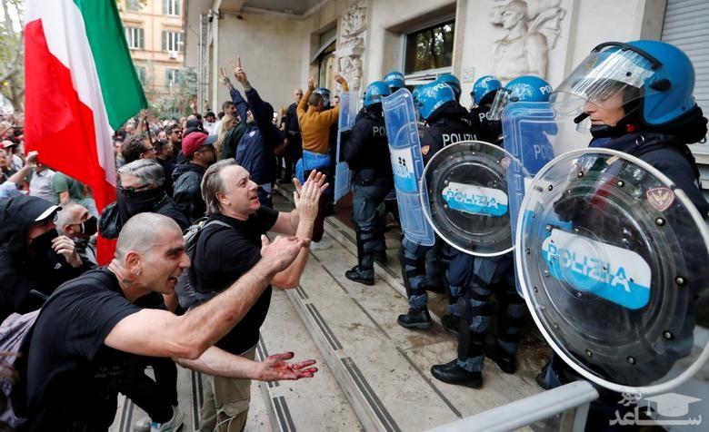 تظاهرات مخالفان الزامی شدن ارایه کارت واکسیناسیون برای دریافت خدمات عمومی و دولتی در شهر روم ایتالیا/ رویترز