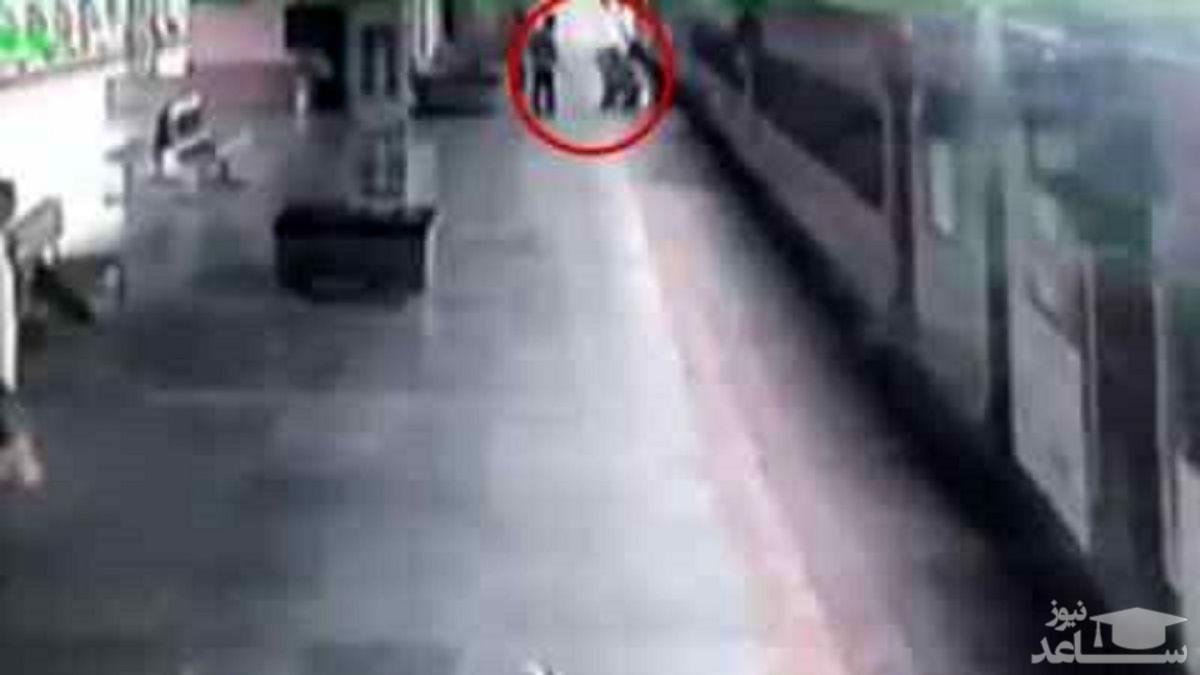 (فیلم) لحظه حیرت انگیز نجات مسافر از زیر قطار