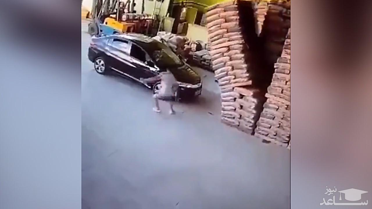 (فیلم) عاقبت پارک کردن اتومبیل در کارگاه