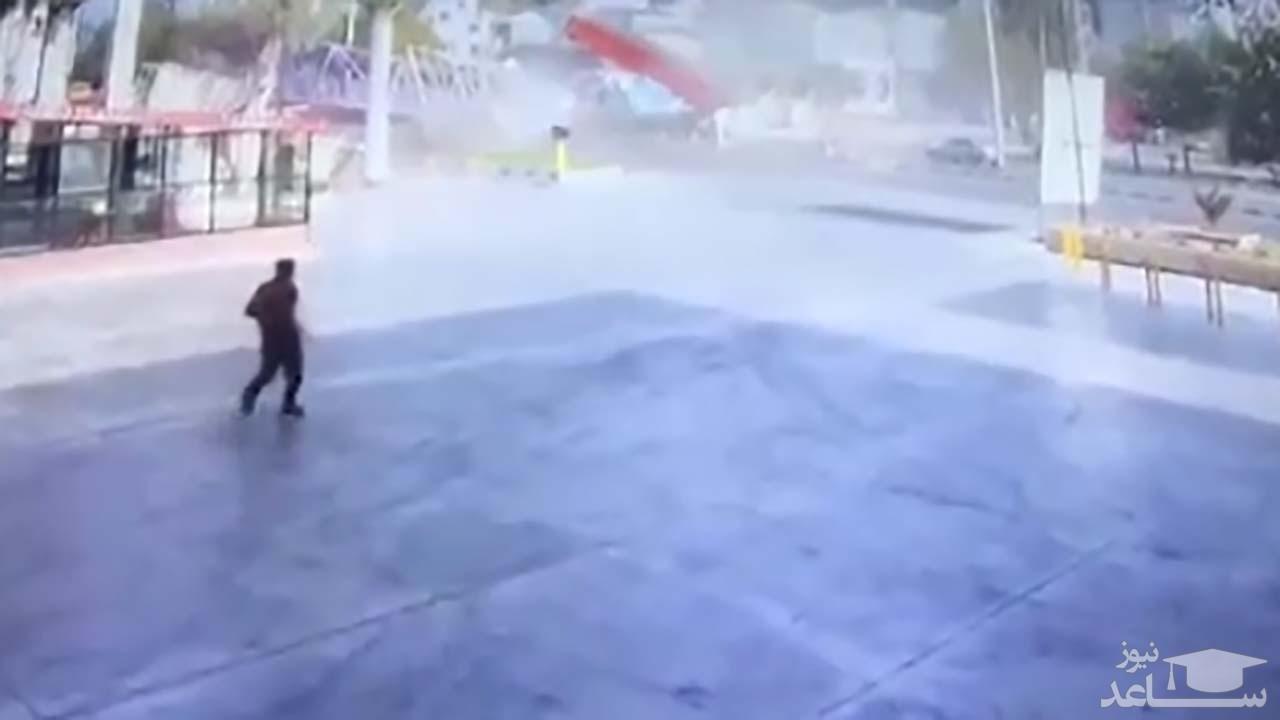 (فیلم) برخورد وحشتناک تریلی با پل عابر پیاده در بهشهر