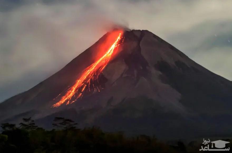 خروج مواد مذاب از آتشفشان
