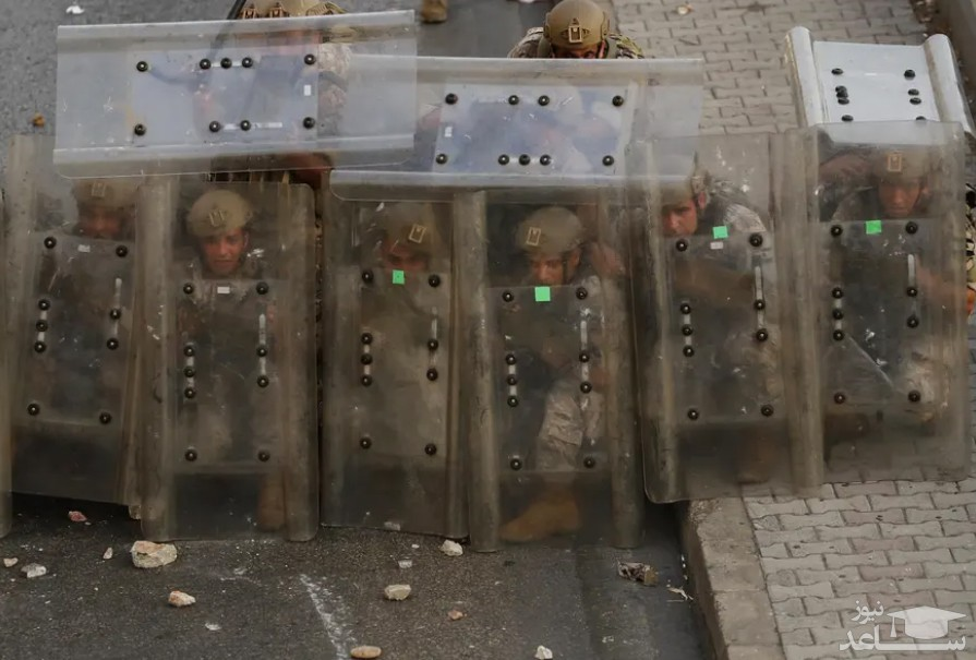 گارد گرفتن پلیس در مقابل معترضین