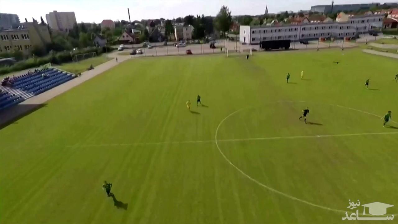 فرود غافلگیرکننده یک چترباز در وسط زمین فوتبال