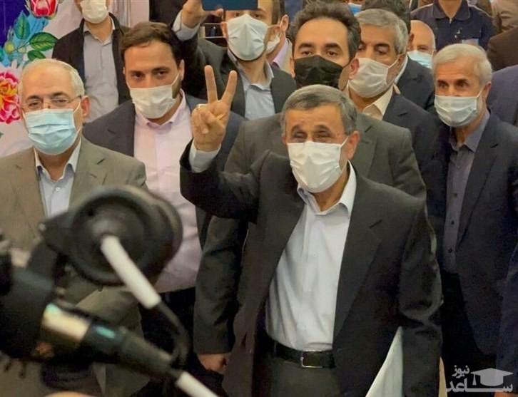 لحظه عجیب بالا رفتن احمدینژاد از نردههای وزارت کشور