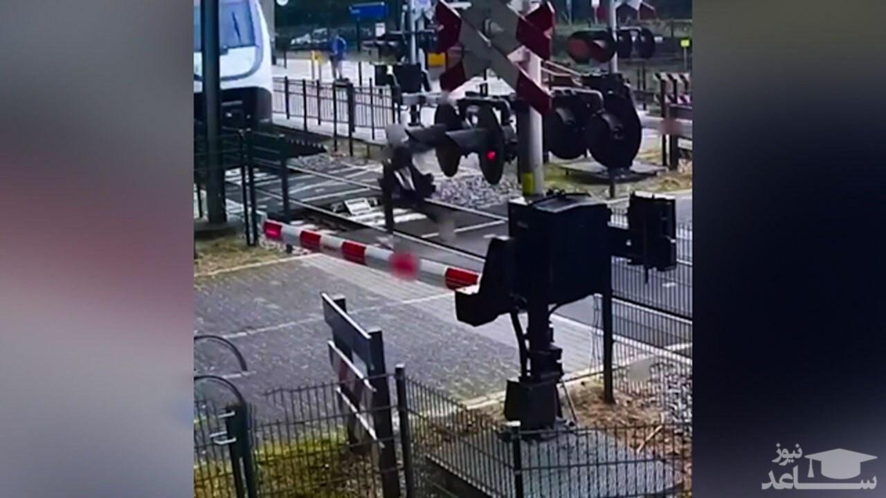 (فیلم) لحظه عبور نفس گیر زن جوان از یک قدمی قطار در حال حرکت