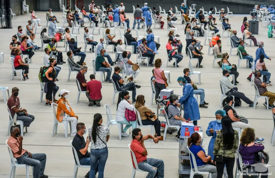 واکسیناسیون افراد بالای 50 سال بر ضد ویروس کرونا در یک سالن والیبال در شهر مدلین کلمبیا