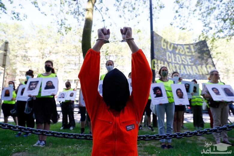 فعالان حقوق بشر در اعتراض به نقض حقوق انسانی در زندان گوانتانامو آمریکا در حاشیه نشست سران ناتو در بروکسل بلژیک تجمع کرده اند.