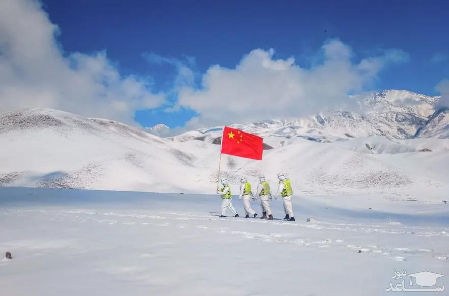 افسران پلیس در منطقه مرزی سین کیانگ در غرب چین گشت می زنند./ خبرگزاری فرانسه