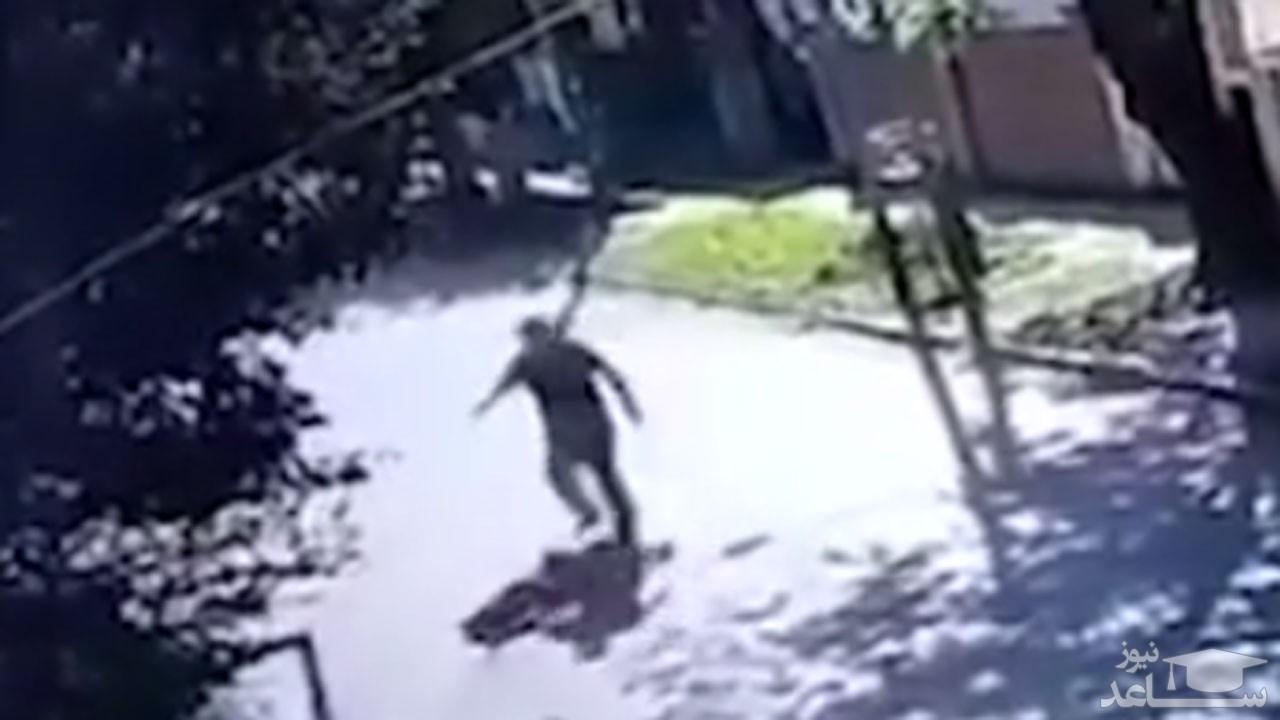 (فیلم) سرقت وحشیانه دو موتور سوار از یک دختر جوان