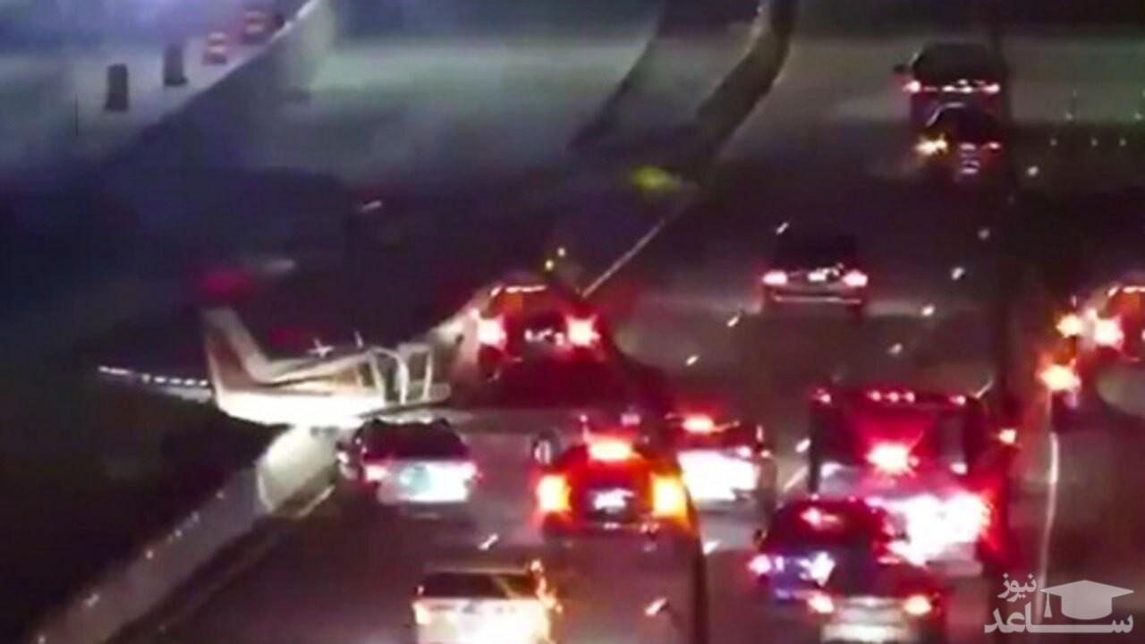 (فیلم) برخورد هواپیما با چند خودرو در بزرگراه