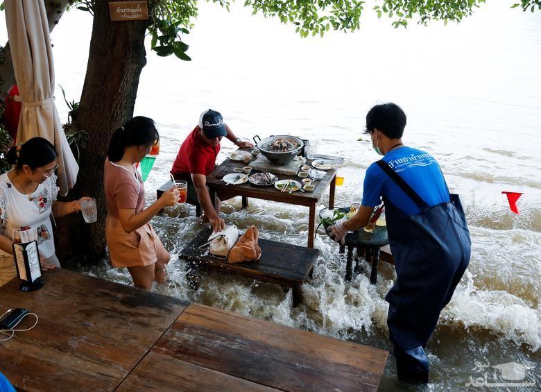 وضعیت نیمکت های خیابانی یک رستوران در سیل شهر بانکوک تایلند/ رویترز و خبرگزاری فرانسه