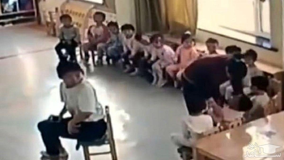 (فیلم) رفتار خشن مربی مهدکودک با کودک خردسال جنجالی شد!