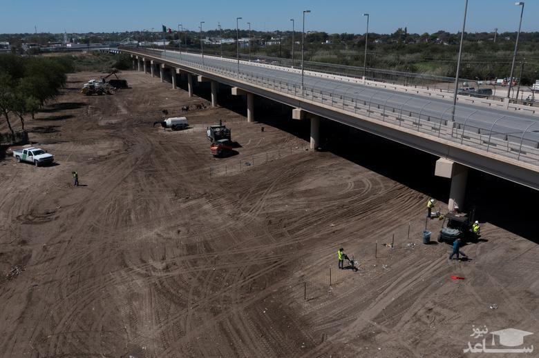 """جمع کردن بساط پناهجویان از زیر پل بین المللی در """"دل ریو"""" ایالت تگزاس آمریکا/ رویترز"""