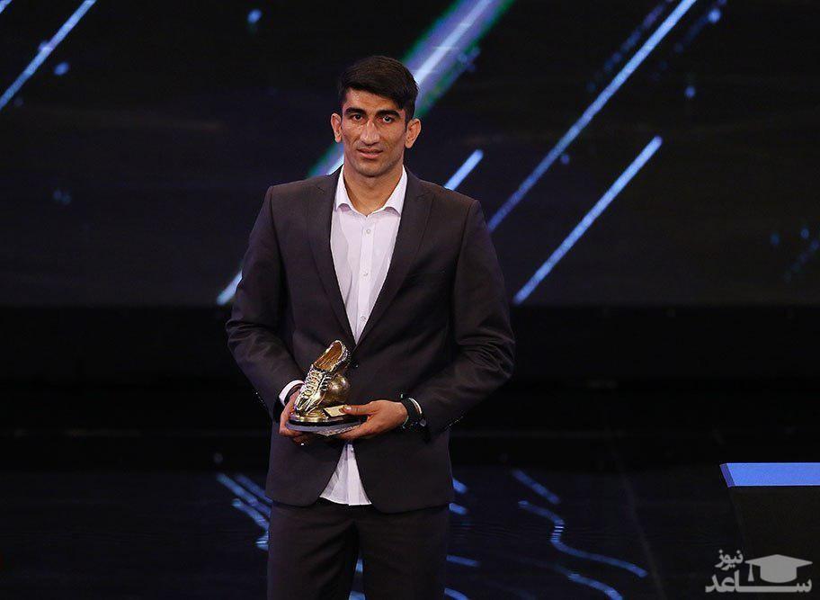 (عکس) پسر بیرانوند جایزه را با پدرش شریک شد