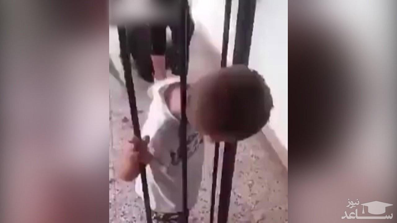 (فیلم) تلاش بی تاثیر والدین یک کودک برای خارج کردن سر بچه از بین میلهها