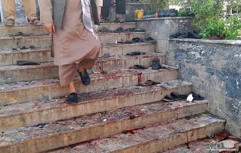 پله های خون آلود مسجد شیعیان در شهر قندوز افغانستان در پی حمله انتحاری مرگبار داعش/ آسوشیتدپرس