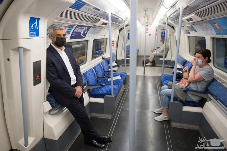 """""""صادق خان"""" شهردار لندن در حال عزیمت به محل کار با مترو لندن"""
