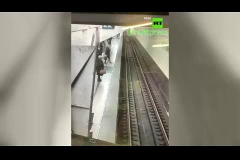 (فیلم) لحظه سقوط به ریل مترو، چند ثانیه پیش از ورود قطار