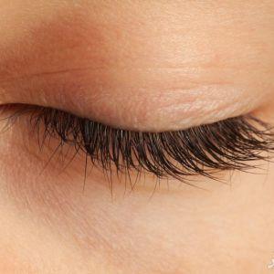 درمان افتادگی پلک در خانه با مواد طبیعی