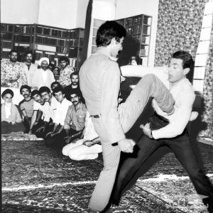(عکس) مبارزه دو جوان در حضور امام خمینی