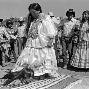 (عکس) مراسم بلوغ برای دختران آپاچی!