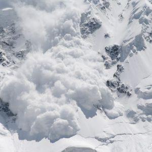 خطر ریزش بهمن در جاده های کوهستانی