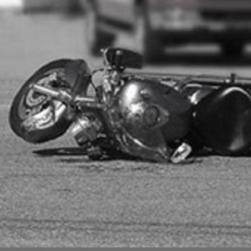 (فیلم) عبور خودروی وانت از روی ۲ راکب موتورسیکلت