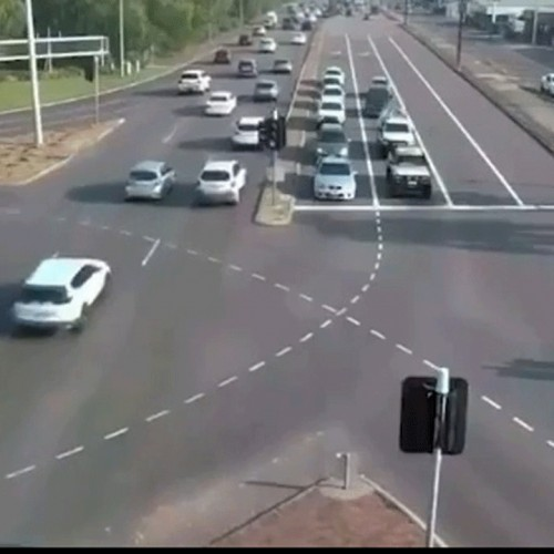 (فیلم) عبور معجزه آسای راننده خوش اقبال از مسیر پرتردد بزرگراه!