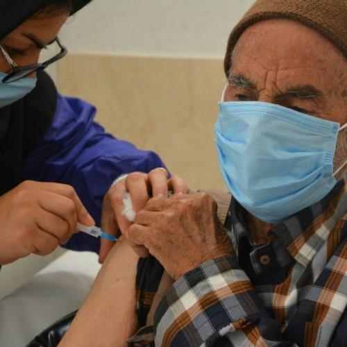 اگر نگران بروز عارضه جانبی از تزریق واکسن کرونا برای افراد مسن هستید، این خبر را بخوانید