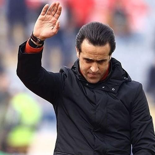 علی کریمی در گریم جدید و بدون کت فوتبالی