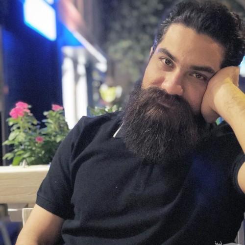علی زند وکیلی در کنار مادر و مادر بزرگش