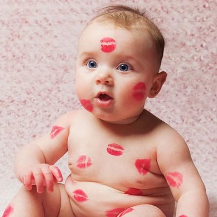 عوارض و خطرات بوسیدن نوزاد چیست؟
