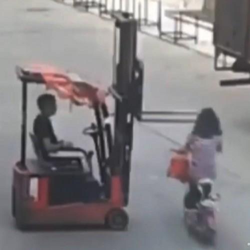 (فیلم) برخورد دلخراش صورت زن موتورسوار با لیفتراک