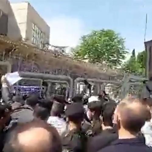 (فیلم) درگیری طرفداران ضرغامی با نیروهای انتظامی هنگام ورود وی به وزارت کشور