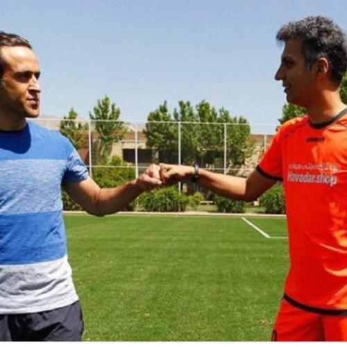 (فیلم) دست دادن علی کریمی و عادل فردوسی پور به سبک کرونایی