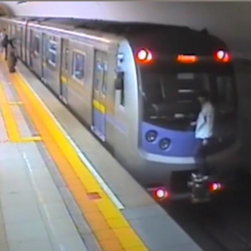 (فیلم) دستگیری فردی که با آویزان شدن از بدنه واگن مترو، یک ایستگاه را طی کرده بود!