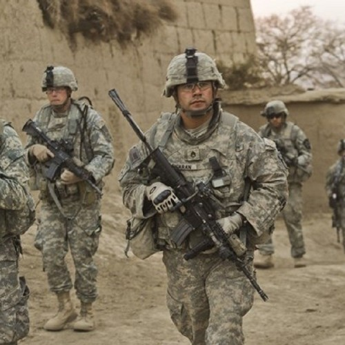(عکس) بازرسی زن افغانستانی توسط تفنگدار آمریکایی در کابل