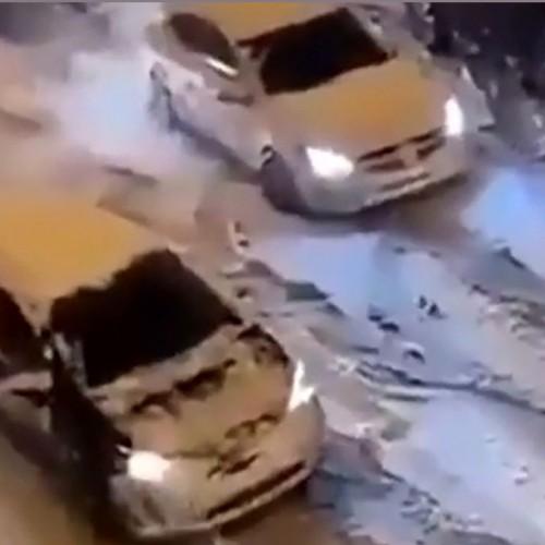 (فیلم) عبور عجیب خودروها از جاده برفی