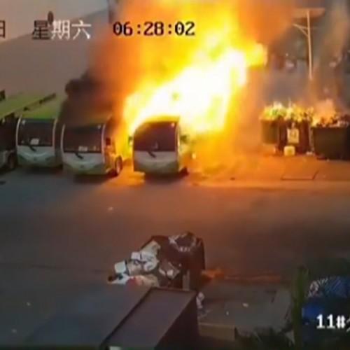 (فیلم) آتش گرفتن ناگهانی یک اتوبوس برقی در چین
