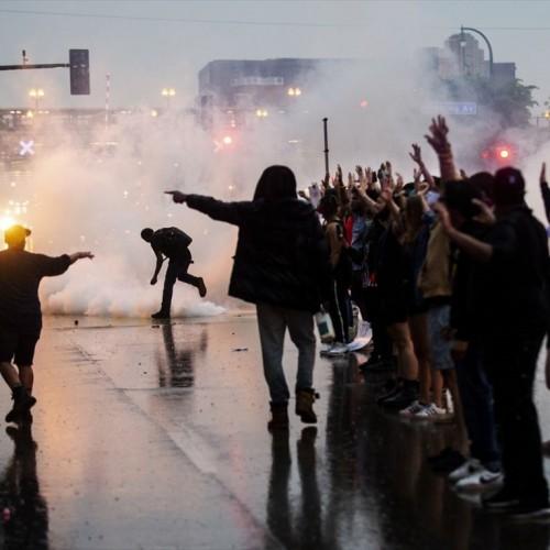 (فیلم) آتش زدن مامور پلیس به دست معترضان به قتل یک جوان