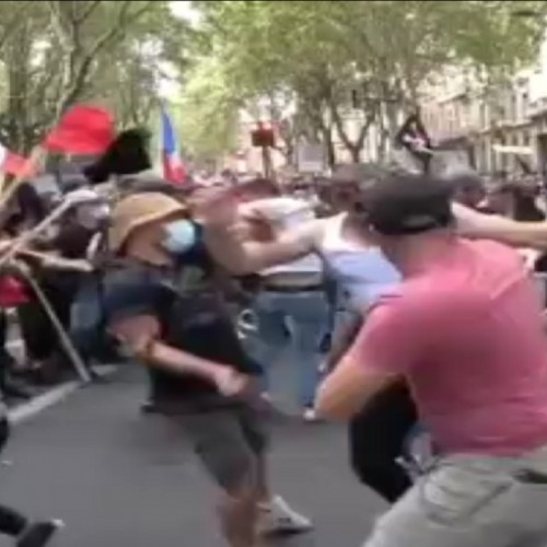 (فیلم) درگیری طرفداران و مخالفان واکسیناسیون در فرانسه