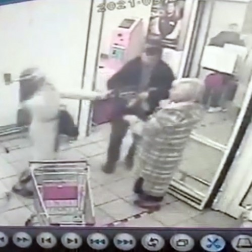 (فیلم) دعوا در فروشگاه بر سر سبد خرید
