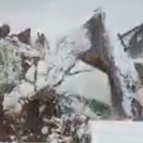 (فیلم) فرو ریختن سقف یک خانه زیر فشار برف سنگین
