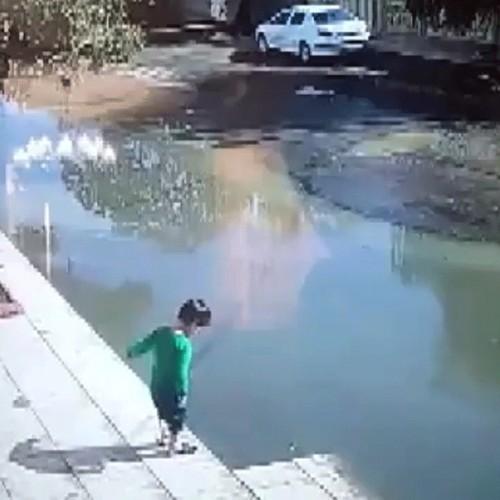 (فیلم) حادثه عجیب برای یک کودک در پارس آباد