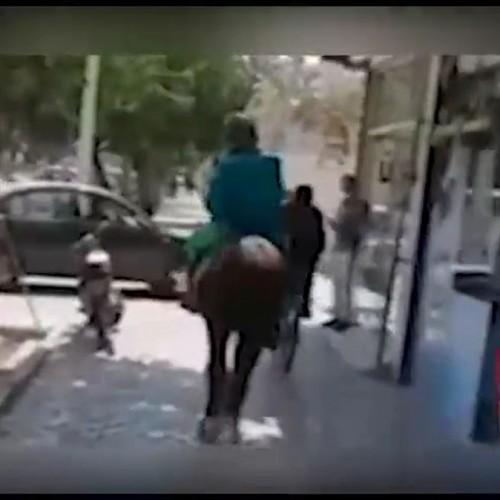 (فیلم) حمله وحشتناک مرد اسب سوار با شمشیر در اصفهان