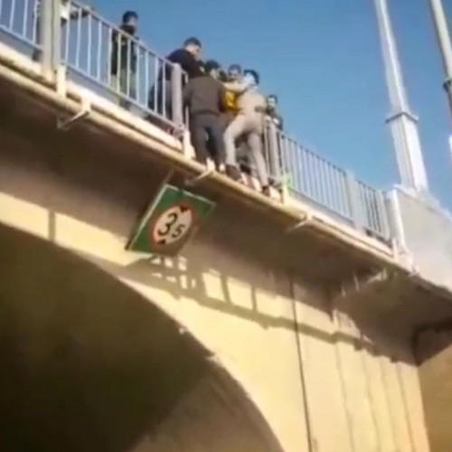 (فیلم) خودکشی یک جوان از پل هلالی اهواز