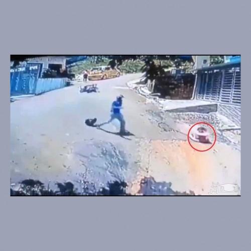 (فیلم) لحظه هولناک نجات کودک توسط موتورسوار شجاع
