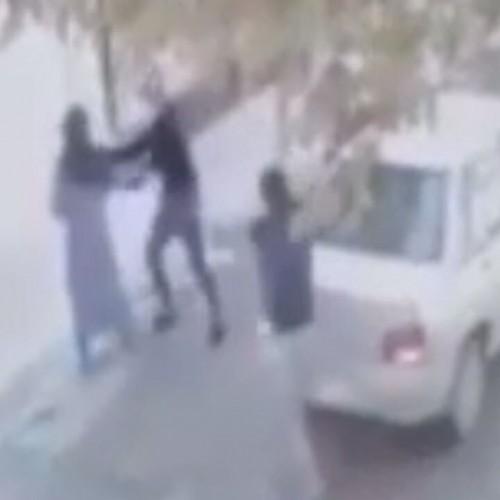 (فیلم) لحظه خفت گیری و کتک زدن یک زن تنها در خیابان