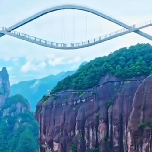 (فیلم) پل شیشهای حیرت انگیز با طراحی خاص در چین